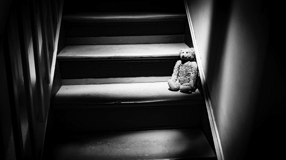 viewfinder-film-noire-fotografie-train-world-schaarbeek-knuffelbeer-op-trap