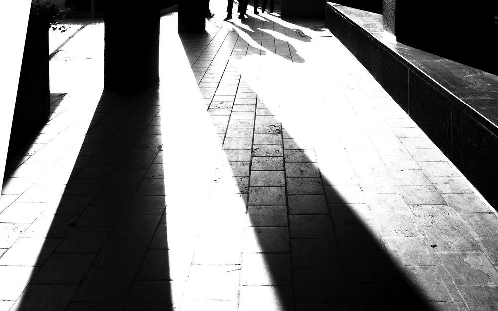 viewfinder-architectuurfotografie-straatfotografie-brussel-koud-weer-hard-licht-schaduwen-hotel-bloom