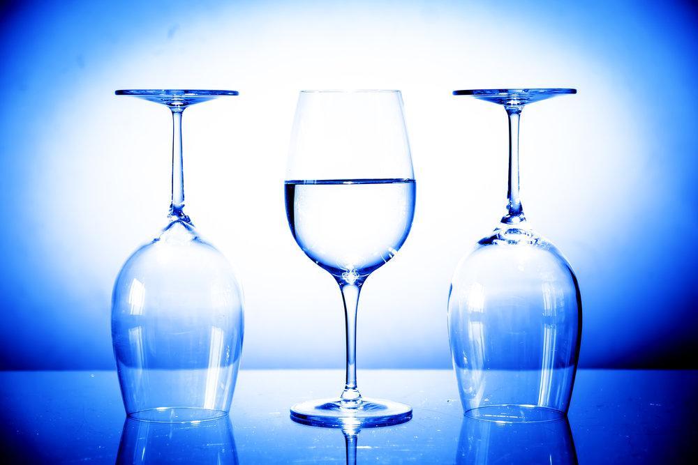 viewfinder-eigenzinnige-fotografie-experimenteer-licht-living-studio-wijnglas-blauwe-gloed-2