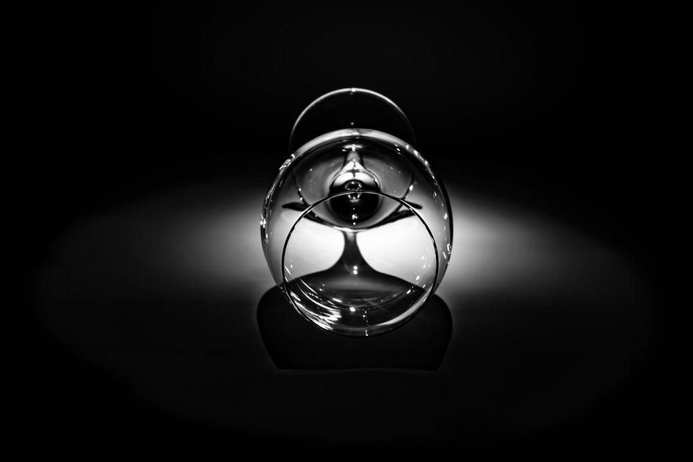 WC als fotostudio - pillicht langs achteren geeft schaduwtekening van wijnglas
