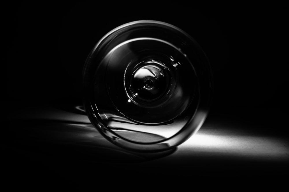 WC als fotostudio - pillicht rechts van onderen - leeg wijnglas kijkt je aan met doordringende blik