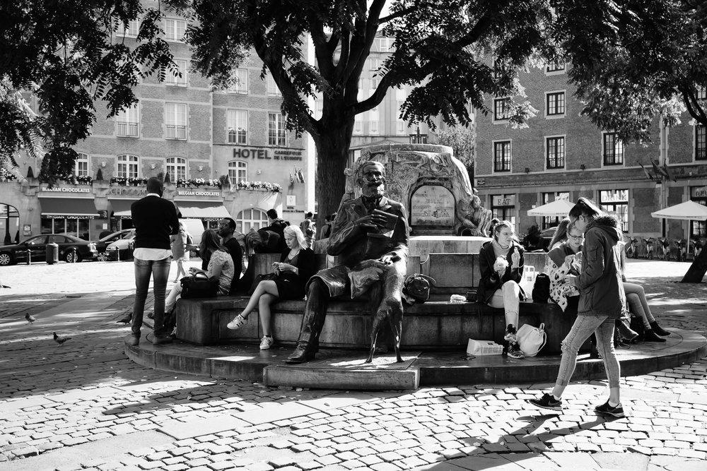 viewfinder-straatfotografie-brussel-koningsgalerij-plein-blondine-spiekbrief