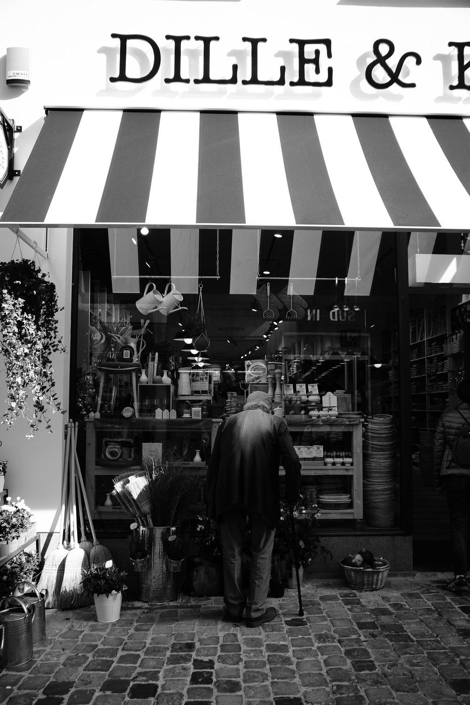 viewfinder-straatfotografie-brussel-oude-man-kiest-kruiden