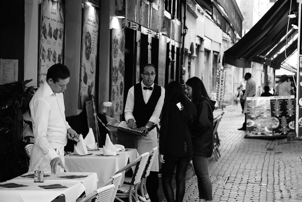 viewfinder-straatfotografie-brussel-ober-overtuigt-toeristen-om-te-komen-eten-in-restaurant