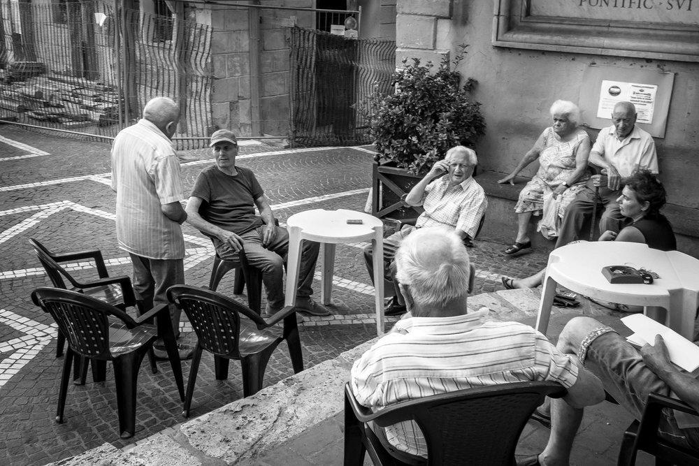 viewfinder-straatfotografie-oude-mannen-in-Collevecchio-3.jpg