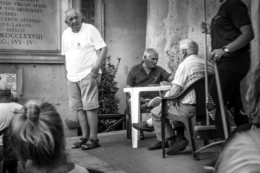 viewfinder-straatfotografie-oude-mannen-in-Collevecchio-9.jpg