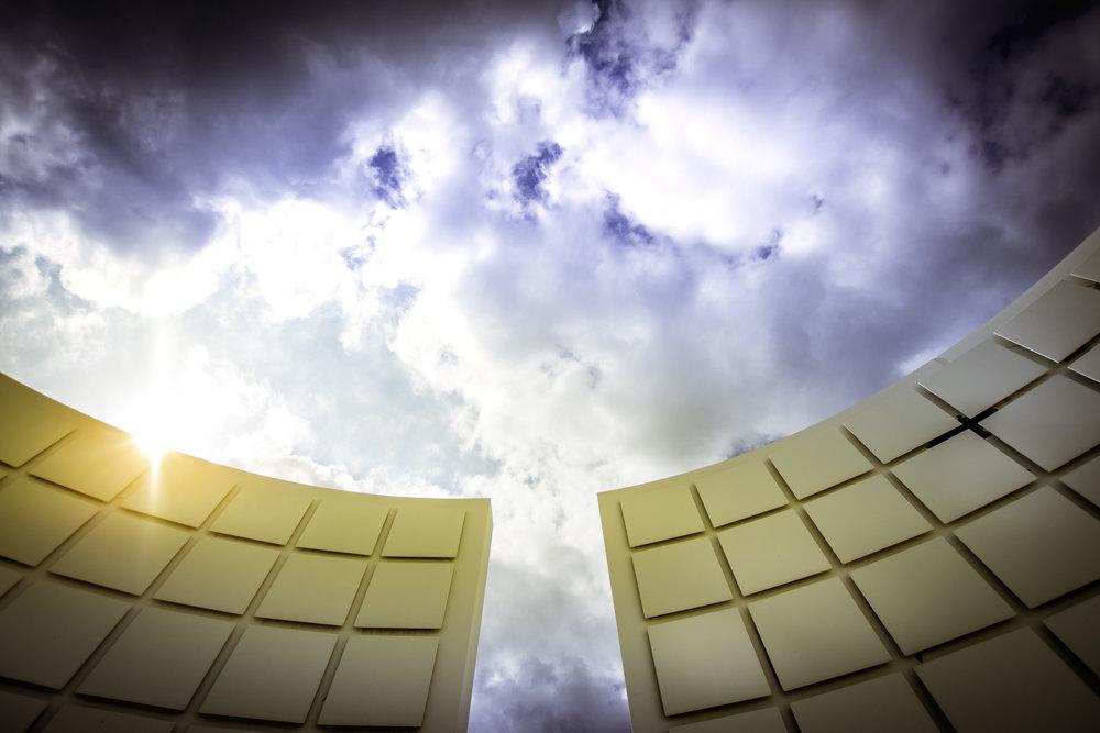 Memento, een zonnestraal en enkele witte wolken tegen een blauwe lucht. Pracht huwelijk!