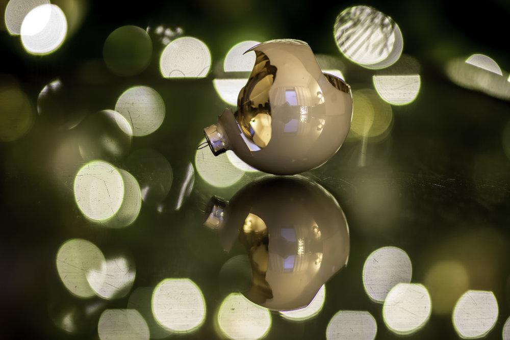 De kerstverlichtnig wordt een mooi bokeh. Dit wordt nog eens verdubbeld door een weerspiegeling op de salontafel.