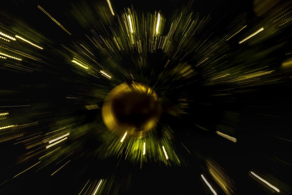 Inzoomen met de lens tijdens fotograferen - kerstbal lijkt wel planeet in de rimte