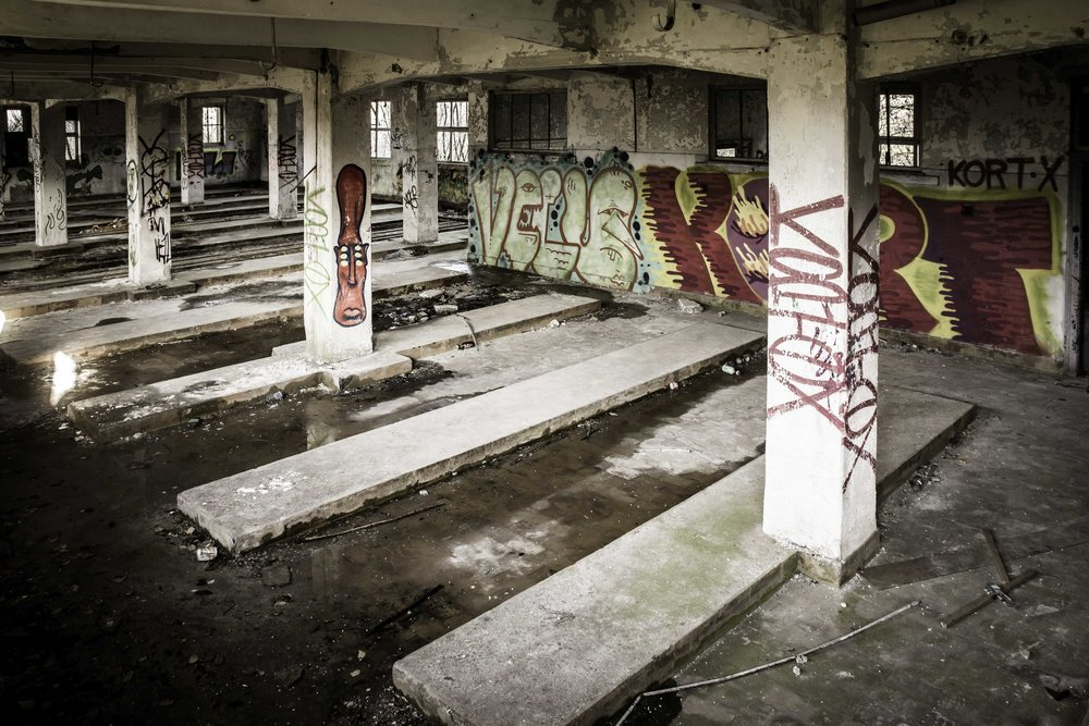 viewfinder-creativeboody-verlaten-gebouwen-fotograferen-buurt-bastogne-vroeger-opleidingscentrum-SNCB-urbex-fotografie-belgie