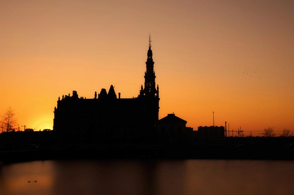Het Loodsgebouw is ook in de ban van de zonsondergang.