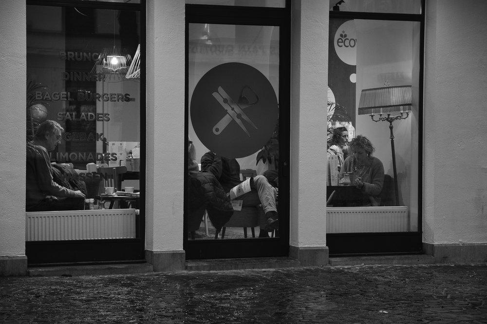 viewfinder_creativeboody_straatfotografie_antwerpen_boek_lezen_cafe.jpg