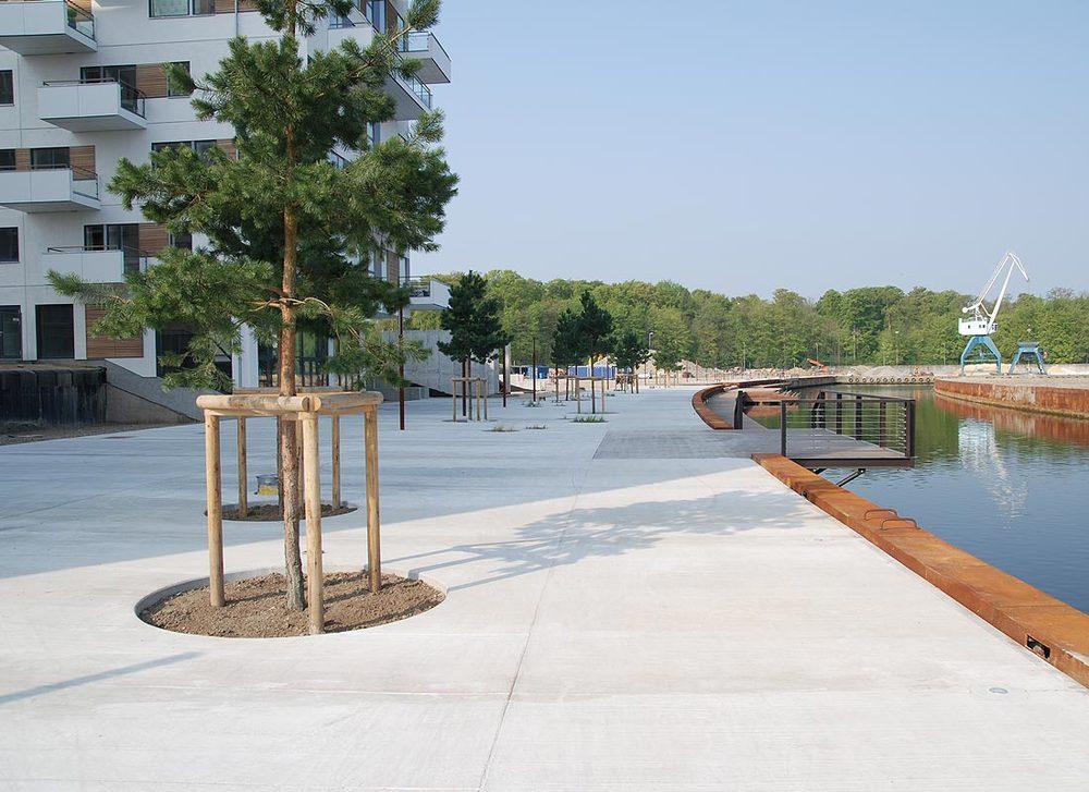Promenadebyen  Det er bebyggelsesplanens intention at gribe fat i de nære omgivelser og i tæt samspil med disse skabe en ny markant og visionær bydel.   Læs mere →