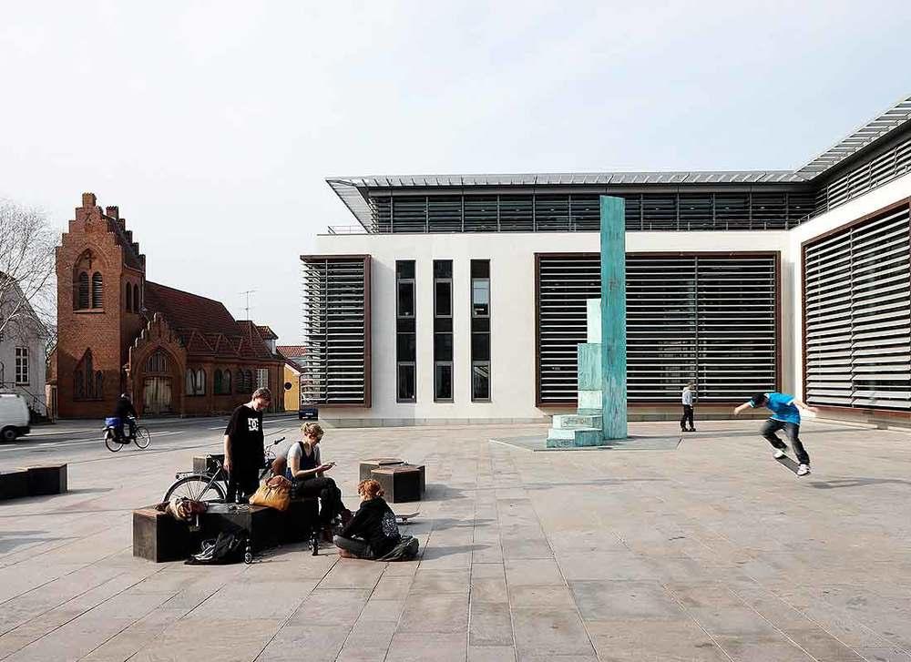 Norups Plads  Norups Plads blev anlagt i forbindelse med en udvidelse af Jyske Banks hovedsæde i centrum af Silkeborg.    Læs mere →