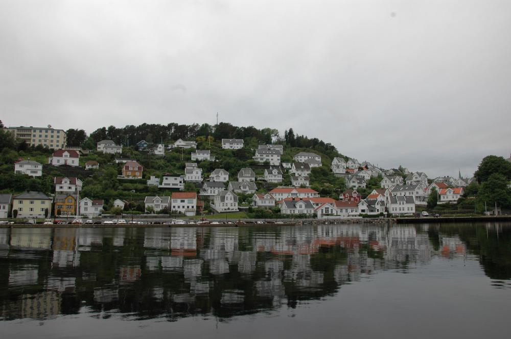Farsund-her klorer bygningene seg fast som i et fugleberg