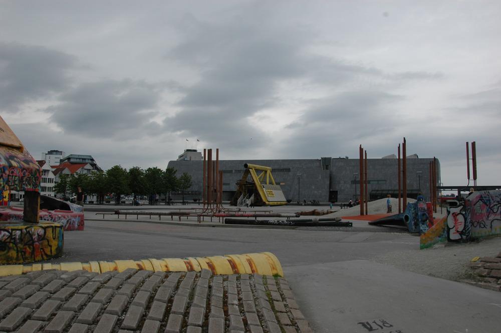 Lekeplassen utenfor Oljemuseet er lagd av rør og deler fra oljebransjen