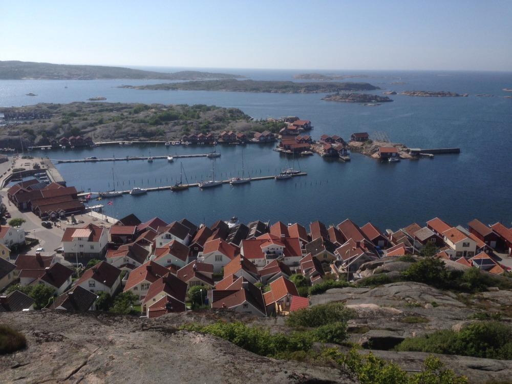 Utsikt over Hunnebostrand-Stjerneglimt midt på brygga