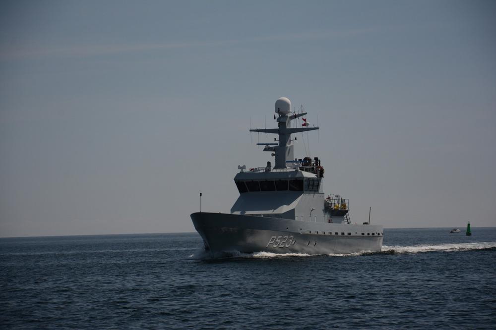 Den danske marine i godt driv med ENORME bølger