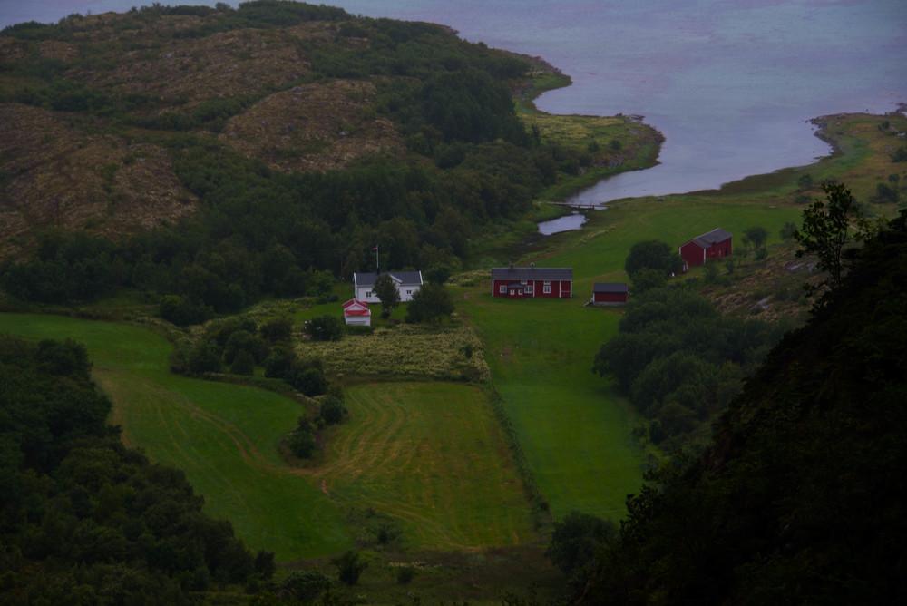 Det ligger en gård på nedsiden av hullet ut mot havet