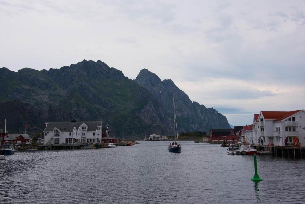 Innseilingen til havna i Henningsvær