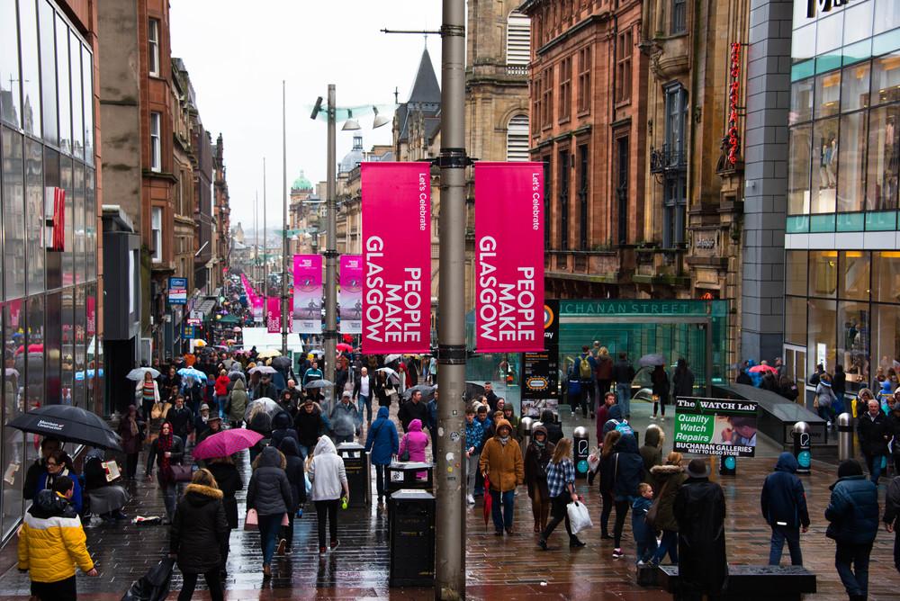 Mye folk i gatene tross regnværet