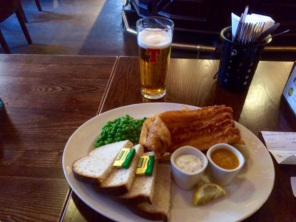 Enhver blogg må ha matbilder, her er dagens fangst fra St.Andrews: Fish & Chips med karrisaus
