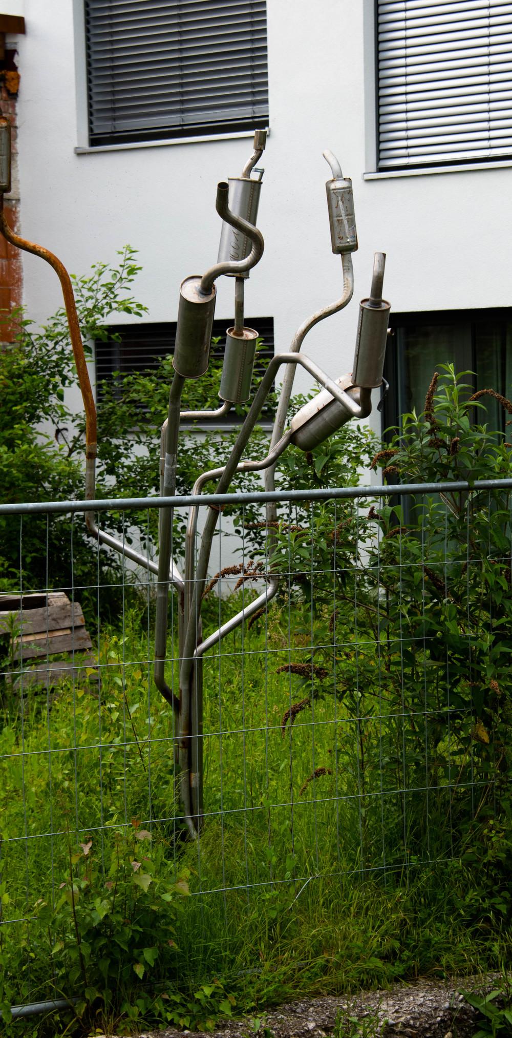 Et kunstverk av eksosrør og potter-ikke veldig imponerende