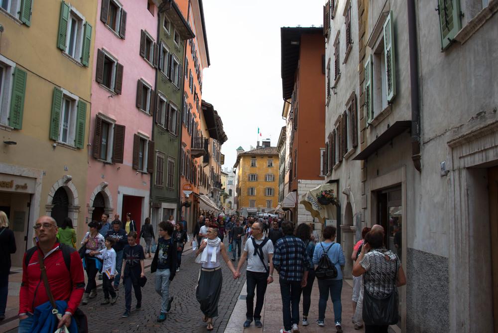 Livlig gateliv i Trento