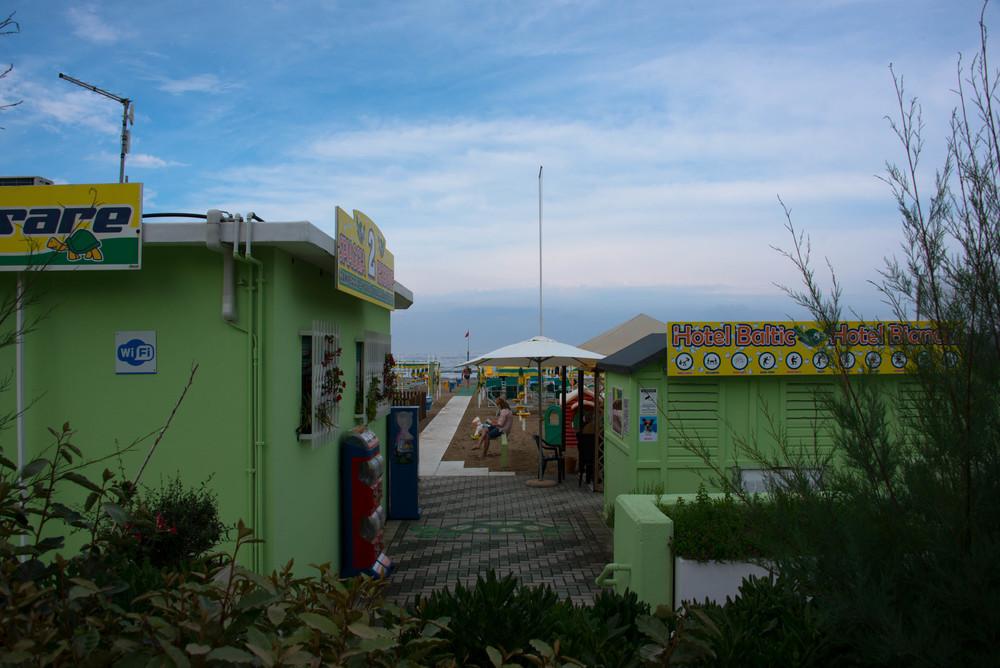 Strandpromenaden hvor hotellene har hver sin strandparsell