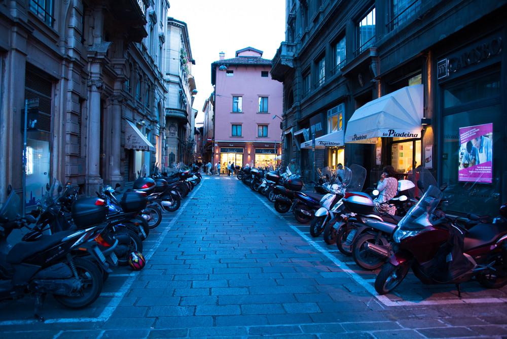 Scootere over alt-også i Bologna