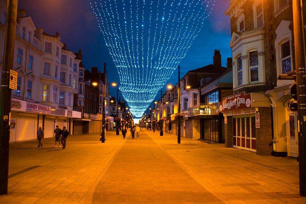 Julepynten henger fortsatt over hovedgaten i Yarmouth