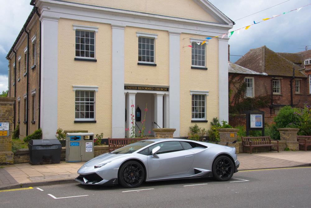 Presten kjører standsmessig bil, Lamborghini Huracan LP640-4