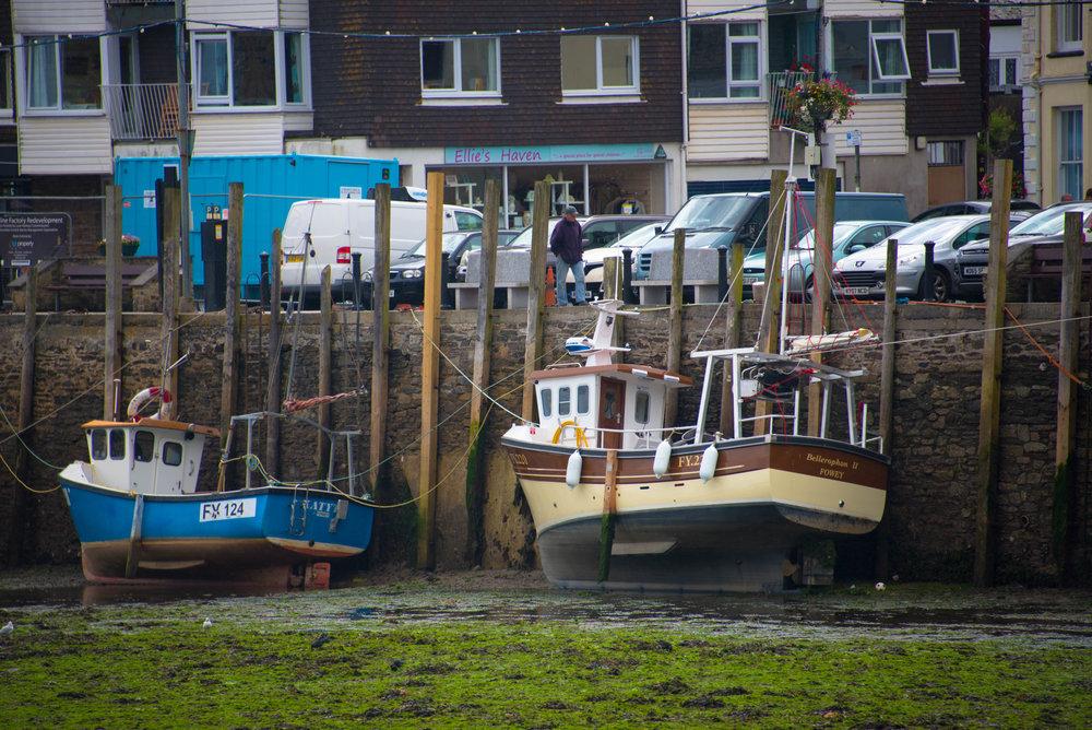 Båtene er bundet fast til påler langs bryggekanten