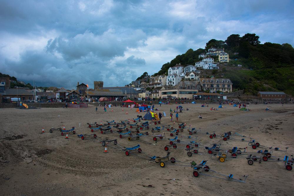 Trallene til alle seiljollene fyller stranden