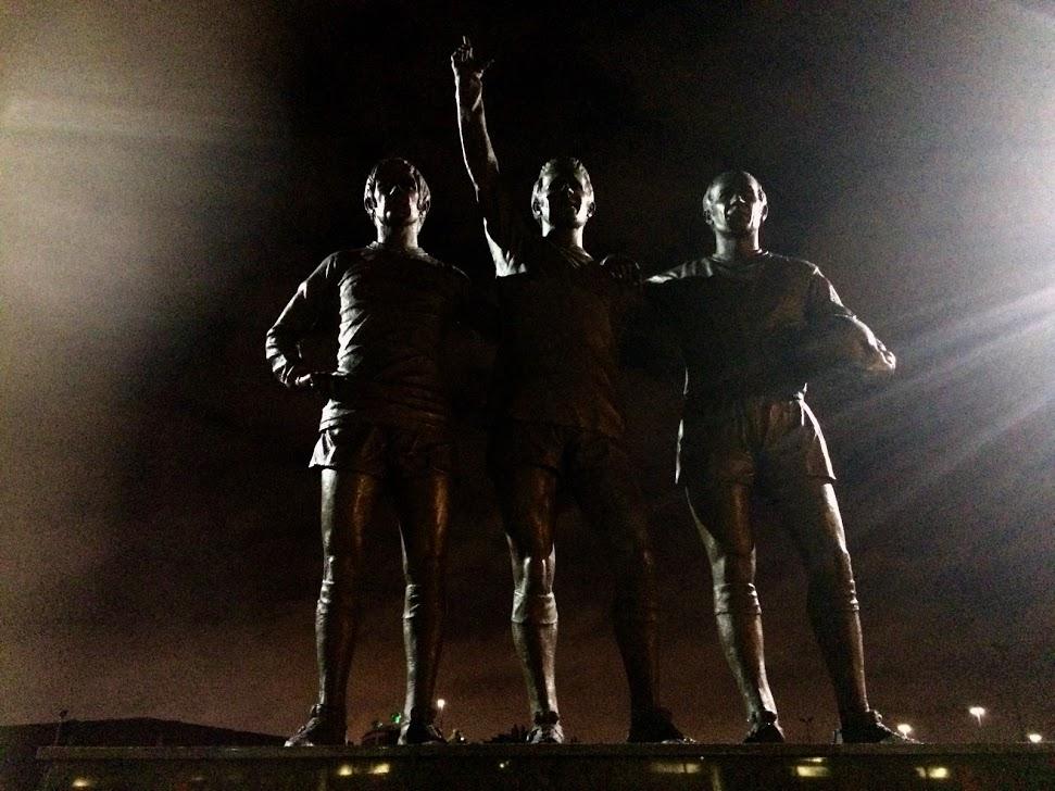 Frode Kippe, Tom Lund og Espen Søgård på statue utenfor Old Trafford