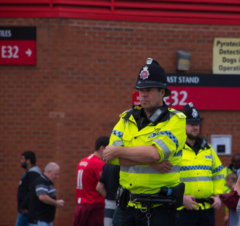 Politimann med hatten til en brannmann