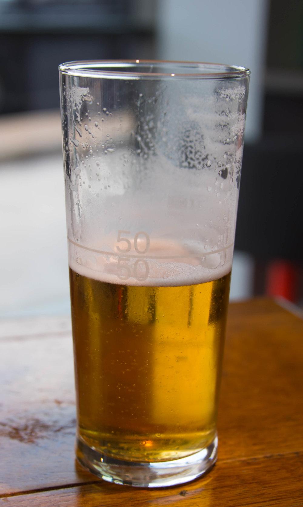 Til og med øl-glassene minner kona om dagen som er rett rundt hjørnet