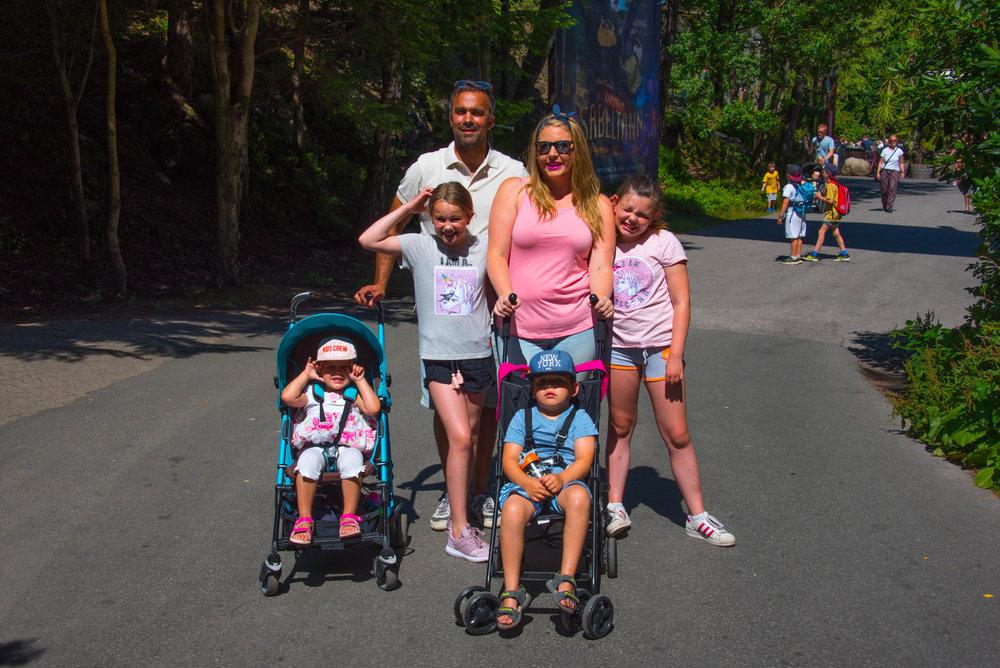 Familien Glum på vei til dyrehagen