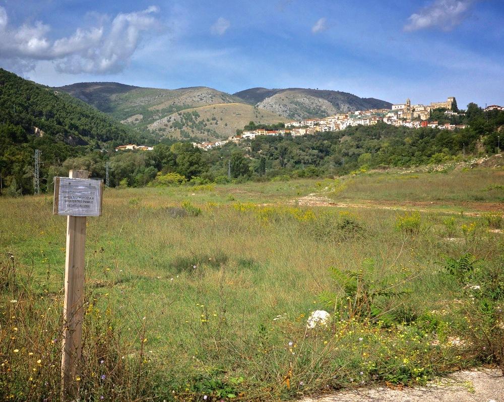 Bussi sul Tirino (Pescara). In primo piano i terreni comunali posti sotto sequestro. 2014.
