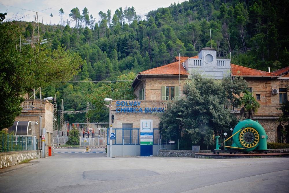 Ingresso dello stabilimento Solvay ex Montedison, a 1,5 Km dall'ingresso del paese di Bussi, in località Bussi Officine (Pescara), 2014.
