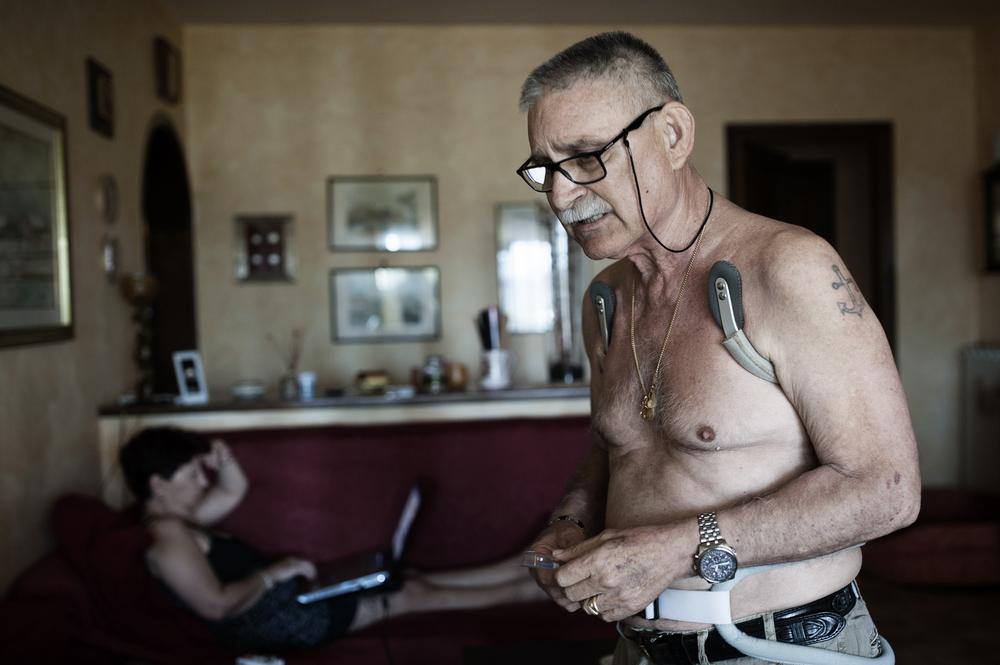 A Giuseppe, ex capo dei Vigili del Fuoco di Civitavecchia in pensione, nel 2012 è stato diagnosticato un tumore al colon e da allora è in chemioterapia. (Giulia Morelli)