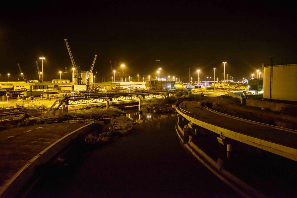 L'area portuale di Civitavecchia e i depositi petroliferi costieri di notte. Settembre, 2014. (David Pagliani Istivan)