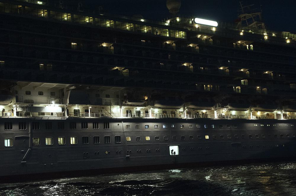 Ore 05.12 del 15 settembre 2014 la nave più grande del mondo Oasis of the Seas si appresta ad attraccare  assistita dai piloti del porto di Civitavecchia. 2014. (Patrizia Pace)