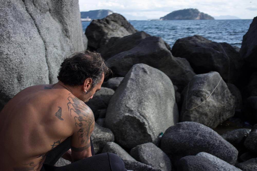 Dario abita nei pressi di Bagnoli ed è appassionato di pesca subacquea.Appena può cerca di raggiungere la costa tra Bagnoli e Pozzuoli per immergersi, anche d'inverno.