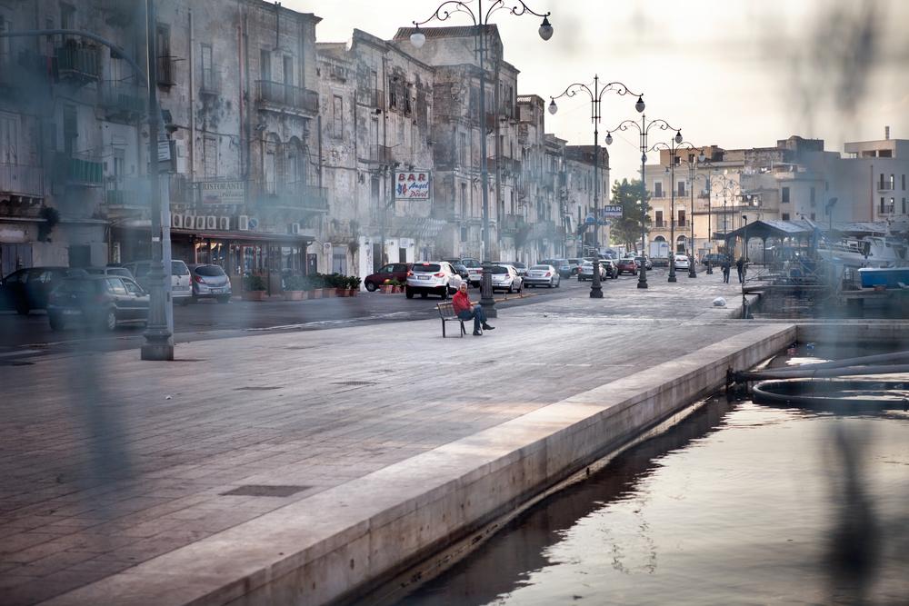 Taranto, Italia, 26 Settembre 2013. Parte bassa della Città Vecchia di Taranto, composta principalmente da case di pescatori. Nel 2011, l'amministrazione tarantina aveva attivato la procedura per far riconoscere la Città Vecchia come Patrimonio dell'Umanità dall'UNESCO, ma venne rifiutata per la totale assenza di un piano di recupero. Gli unici lavori di restauro vengono effettuati per evitare crolli.