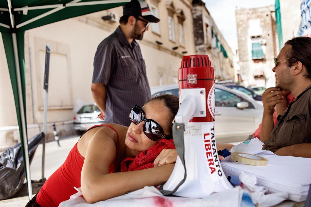 Taranto, Italia, 10 Settembre 2013. Secondo giorno di presidio di protesta in piazza Castello, di fronte al Comune di Taranto. Il presidio, durato 26 giorni, era organizzato da associazioni e cittadini riuniti sotto il nome di #fuoridalcomune: chiedevano una maggiore attenzione e partecipazione alle questioni ambientali da parte dell'istituzione locale.