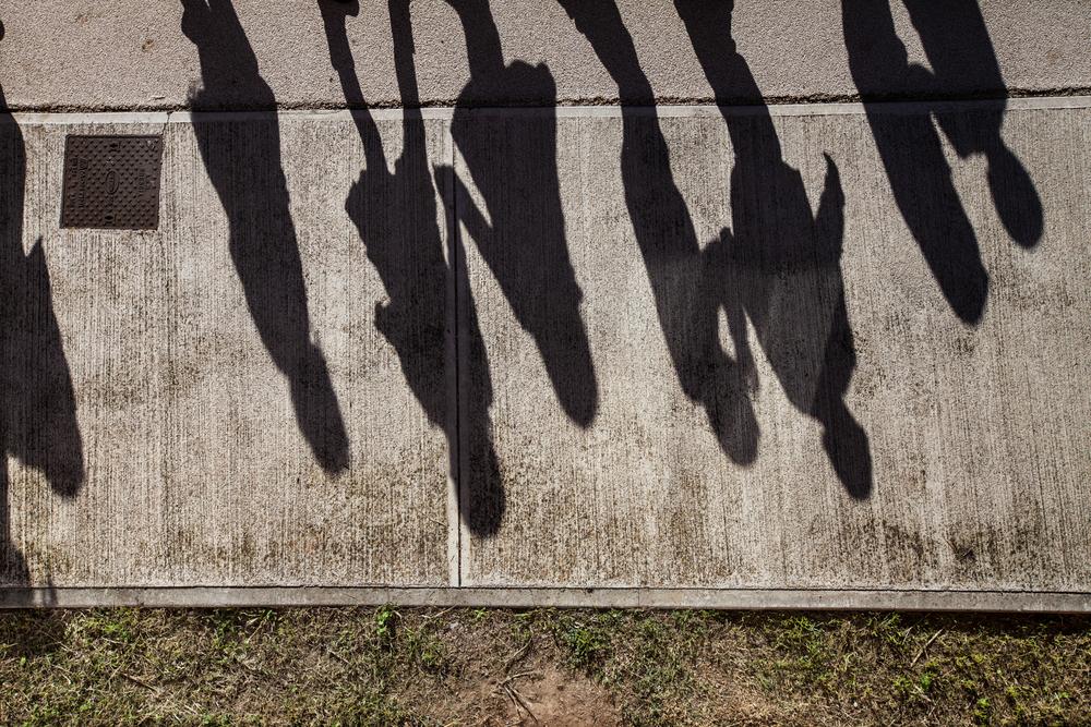 A causa delle restrizioni, gli alunni non possono giocare sull'erba in giardino durante l'intervallo e possono calpestare solo la piattaforma di cemento.Brescia / Italia. Ottobre 2013