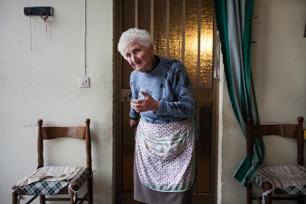 La signora Luigia di 94 anni. Vive nella fattoria nella periferia sud di Brescia dal 1921. Si è sempre nutrita dei frutti della terra ed il tasso di PCB nel suo sangue è altissimo.Brescia / Italia. Ottobre 2013