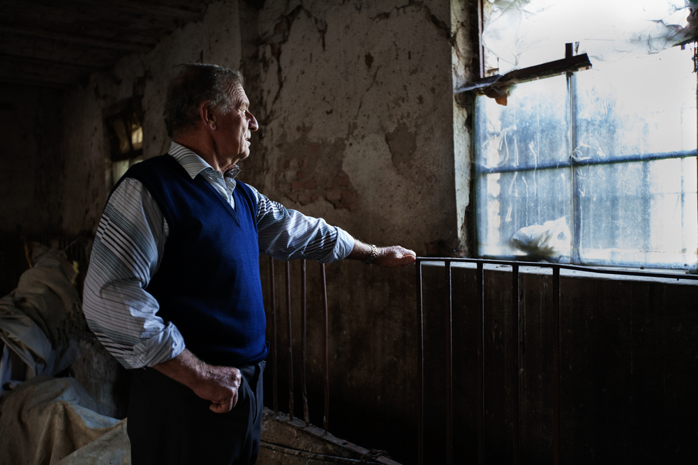 Pierino Antonioli, contadino bresciano di 70 anni abita nell'area inquinata dal PCB prodotto dall'industria chimica Caffaro. Nel 2001 ha dovuto abbattere i suoi capi di bestiame a causa dell'alta percentuale di diossina.Brescia / Italia. Ottobre 2013