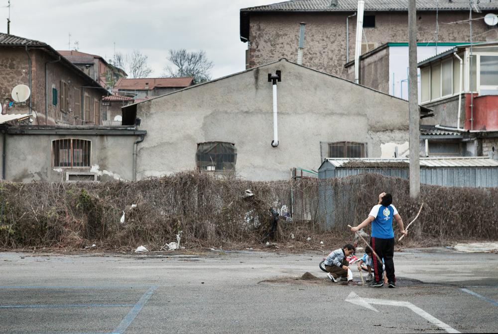 """Quartiere """"Scalo"""". Prende il nome dallo scalo ferroviario della città: i bambini giocano in un parcheggio utilizzato solitamente dai pendolari.Colleferro, novembre 2013"""